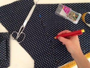 Gema costurera española enfrascada en la chaqueta de Marta Porcel