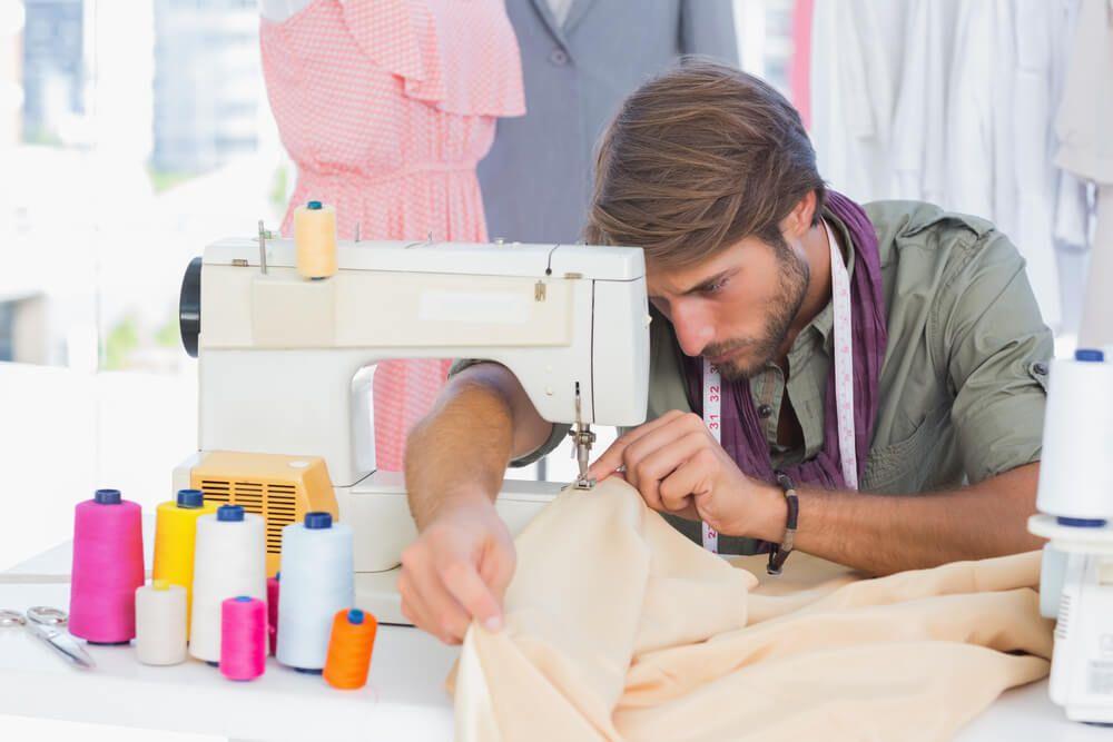 hombres que cosen